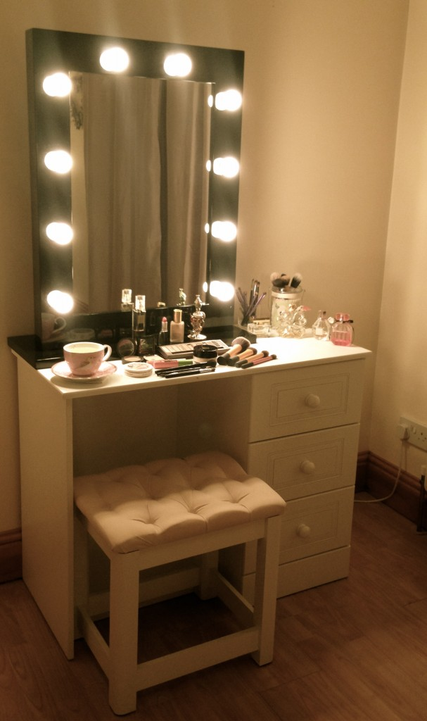 Dressing Table With Mirror And Lights Makeup dressing table mirror ...